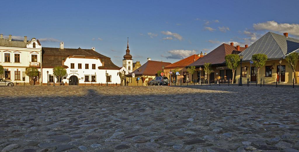 stary-sacz-widok-z-rynku-na-klasztor